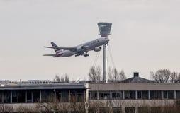 Aviones de American Airlines que sacan de Heathrow Foto de archivo