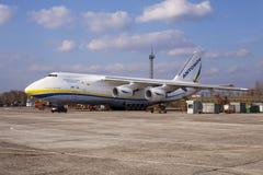 Aviones de Antonov An-124 Ruslan de la oficina del diseño de UR-82008 Antonov Airlines Antonov Imagen de archivo libre de regalías