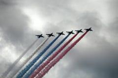 Aviones de ataque rusos SU-25, aviones con la estela de vapor coloreada Colores de la bandera rusa Imagenes de archivo