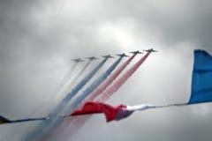 Aviones de ataque rusos SU-25, aviones con la estela de vapor coloreada Colores de la bandera rusa Foto de archivo libre de regalías