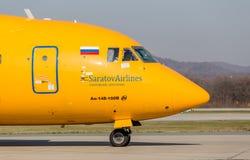 Aviones de avión de pasajeros Antonov An-148-100B de la compañía de líneas aéreas de Saratov en una pista El fuselaje del aeropla imagen de archivo