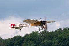 Aviones de Bleriot XI del vintage poseídos y actuados por Mikael Carlson fotos de archivo