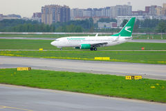 Aviones de Boeing 737-7GL de las líneas aéreas de Turkmenistán en el aeropuerto internacional de Pulkovo en St Petersburg, Rusia Imagen de archivo libre de regalías