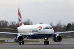 Aviones de British Airways Airbus A320-200 A320-200 que corren en la pista Imágenes de archivo libres de regalías