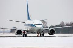 Aviones de carreteo en la pista de rodaje principal Imagen de archivo libre de regalías