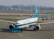 Aviones de China Southern Airlines que son remolcados Fotografía de archivo libre de regalías