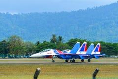 Aviones de combate de Su-30SM que llevan en taxi en pista imagen de archivo libre de regalías