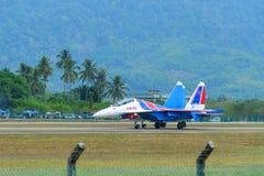 Aviones de combate de Su-30SM que llevan en taxi en pista imagen de archivo