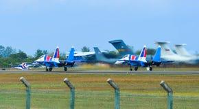 Aviones de combate de Su-30SM que llevan en taxi en pista foto de archivo libre de regalías