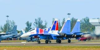 Aviones de combate de Su-30SM que llevan en taxi en pista fotografía de archivo libre de regalías