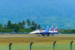 Aviones de combate de Su-30SM que llevan en taxi en pista fotos de archivo