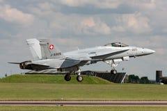 Aviones de combate suizos del avispón de McDonnell Douglas F/A-18C de la fuerza aérea J-5005 en acercamiento a la tierra en RAF W imagenes de archivo