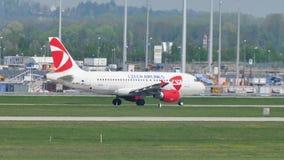 Aviones de Czech Airlines que llevan en taxi en el aeropuerto de Munich, MUC metrajes