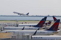 Aviones de Delta Airlines en las puertas en el terminal 4 en Juan F Kennedy International Airport Imagen de archivo