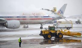 Aviones de descongelación durante una tormenta de la nieve Fotografía de archivo