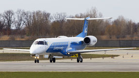 Aviones de Dniproavia Embraer ERJ-145 que corren en la pista Fotografía de archivo libre de regalías