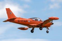 Aviones de entrenamiento italianos anteriores de SIAI-Marchetti SF-260AM de la fuerza aérea G-ITAF en acercamiento a la tierra fotos de archivo libres de regalías