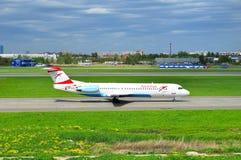 Aviones de Fokker 100 de Austrian Airlines en el aeropuerto internacional de Pulkovo en St Petersburg, Rusia Fotos de archivo libres de regalías
