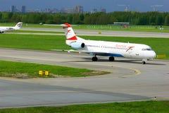 Aviones de Fokker 100 de Austrian Airlines en el aeropuerto internacional de Pulkovo en St Petersburg, Rusia Foto de archivo