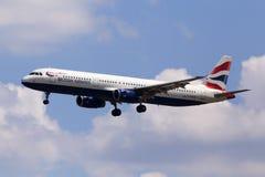 Aviones de G-EUXM British Airways Airbus A321-200 en el fondo del cielo nublado Imagen de archivo