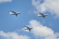 Aviones de Ilyushin Il-76MD en nubes sobre Plaza Roja Fotografía de archivo