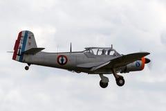 Aviones de instructor franceses anteriores de Morane-Saulnier MS-733 Alcyon de la marina de guerra G-MSAL en acercamiento a la ti fotos de archivo libres de regalías