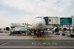 Aviones de jet atracados en el aeropuerto de Dubai Foto de archivo