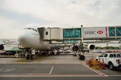 Aviones de jet atracados en el aeropuerto de Dubai Foto de archivo libre de regalías