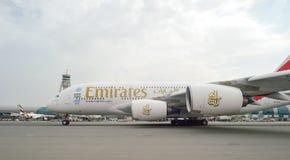 Aviones de jet en el aeropuerto de Dubai Fotos de archivo