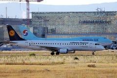Aviones de Korean Air y de Lufthansa que llevan en taxi en el aeropuerto de Francfort, FRA, Alemania imagenes de archivo