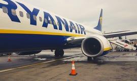 Aviones de la baja compañía aérea costo Ryanair en el aeropuerto de Standsted fotografía de archivo libre de regalías