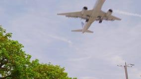 Aviones de la línea aérea que aterrizan el acercamiento de los aviones almacen de video