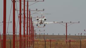 Aviones de la línea aérea que aterrizan el acercamiento de los aviones metrajes