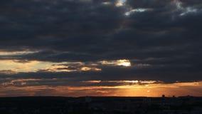 Aviones de las nubes del cielo de la ciudad de la puesta del sol de la salida del sol del lapso de tiempo almacen de metraje de vídeo