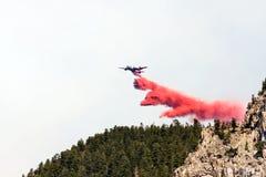 Aviones de lucha contra el fuego que vacian el retardador Imagenes de archivo