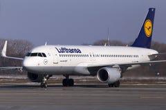 Aviones de Lufthansa Airbus A320 en aparcamiento Foto de archivo libre de regalías