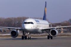 Aviones de Lufthansa Airbus A320 en aparcamiento Imagen de archivo libre de regalías