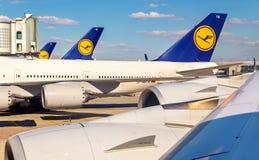 Aviones de Lufthansa en el aeropuerto internacional de Francfort Imágenes de archivo libres de regalías
