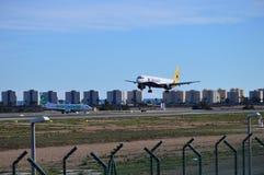 Aviones de Monarch Airlines en acercamiento final en el aeropuerto de Alicante Fotos de archivo libres de regalías