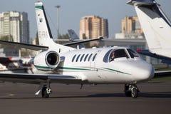 Aviones de negocio del bravo de la citación de Cessna 550B que corren en la pista Imagen de archivo