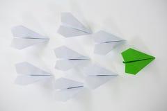 Aviones de papel en el fondo blanco Foto de archivo