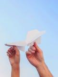 Aviones de papel en el fondo del cielo Fotos de archivo