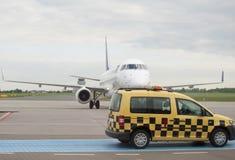 Aviones de pasajero apenas aterrizados en el aeropuerto Fotos de archivo