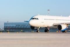 Aviones de pasajero de carreteo Fotos de archivo