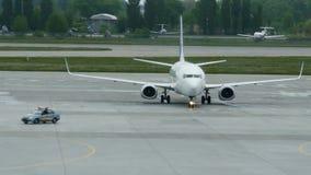 Aviones de pasajero después de aterrizar metrajes