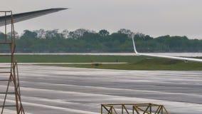 Aviones de pasajero después de aterrizar almacen de video