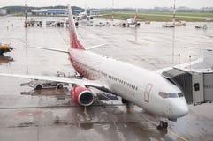 Aviones de pasajero después de la lluvia Imagen de archivo
