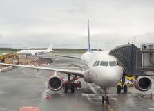 Aviones de pasajero en el aeropuerto de Copenhague Imagen de archivo