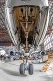 Aviones de pasajero grandes en servicio en una vista posterior del hangar de la aviación del tren de aterrizaje delantero fotos de archivo