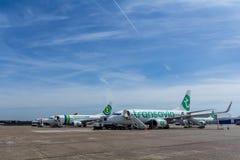 Aviones de pasajero que esperan para ser subido Foto de archivo libre de regalías